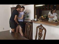 الفتاة الآسيوية إغراء ومسحه في جوارب طويلة
